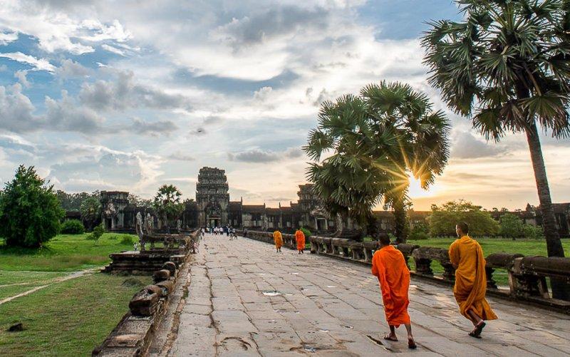 angkor-wat-monks-sunset.
