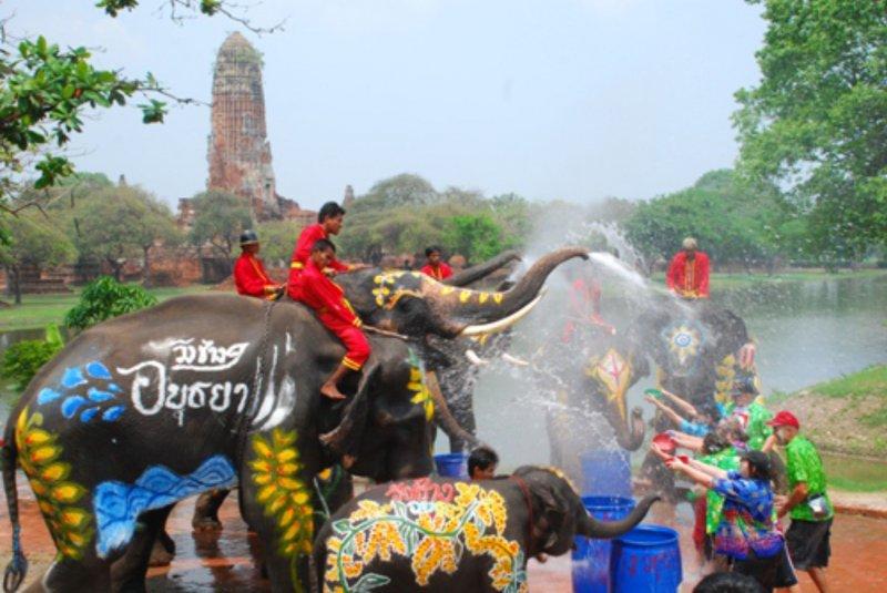 Lễ-hội-té-nước-Songkran-tại-Bangkok-Thái-Lan2.