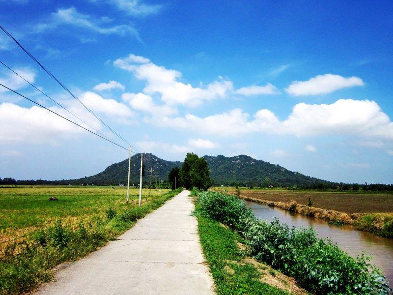 1200px-Núi_Ba_Thê_ở_Thoại_Sơn.